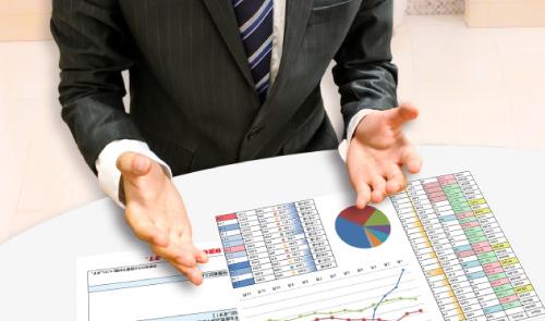 事業計画書を元に解説する男性イメージ画像